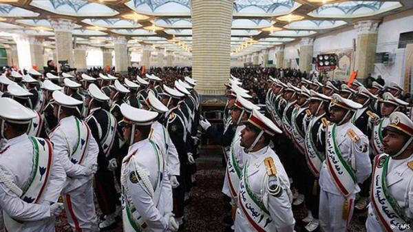 Tentara Iran saat sedang berada di dalam komplek kuburan